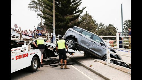 Luxury-Range-Rover-crashes-onto-Bondi-walkway